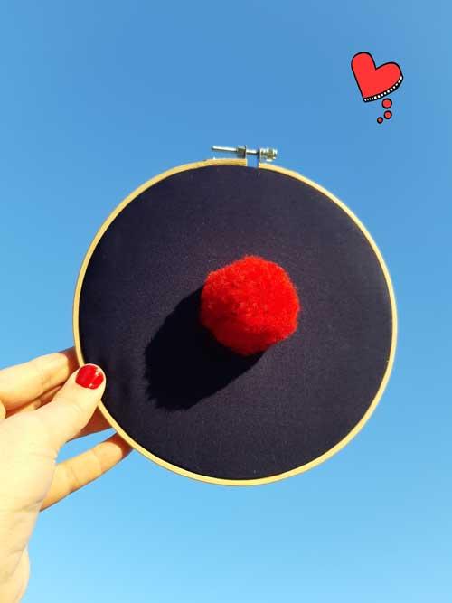 Déco, décoration porte-bonheur, pompon rouge